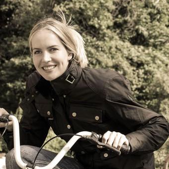Giacca da Moto per la Donna Impermeabile e Traspirable Classica Heritage Lady Nera Modella